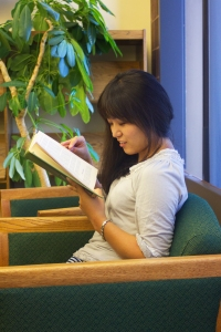 Yuumi Kamata enjoying a book in the library.